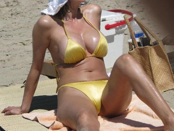 美爆乳の奥様は今にも水着からおっぱいがこぼれ落ちそう!