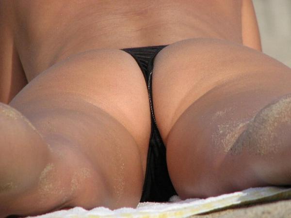 浜辺でヤンママがTバック水着で大胆にも日焼け...